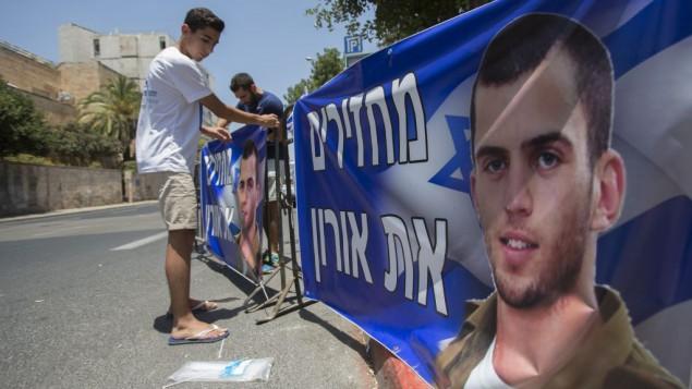 شقيق الجندي الإسرائيلي المقتول اورون شاؤول خلال مظاهرة امام منزل رئيس الوزراء بنيامين نتنياهو في القدس، 30 يونيو 2016 (Yonatan Sindel/Flash90)