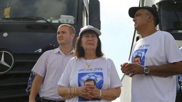والدا الجندي الإسرائيلي المقتول أورون شاؤول وأصدقائه يسدون الطريق أمام شاحنات متجهة إلى قطاع غزة في معبر 'إيريز' جنوبي إسرائيل، 3 يوليو، 2016، بعد أن صادق المجلس الوزاري الأمني المصغر على اتفاق المصالحة مع تركيا. (Flash90)