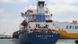 """""""ليدي ليلى""""، سفينة تركية تحمل مساعدات إنسانية إلى غزة، تصل إلى ميناء أشدود جنوبي إسرائيل، 3 يوليو، 2016. (Flash90)"""