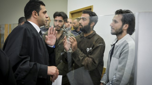 خالد محامرة، من اليسار، ويونس عياش موسى زين، في الوسط، ومحمد محامرة، من اليمين، يتحدثون إلى محاميهم خلال تقديم لوائح الإتهام ضدهم في المحكمة المركزية في تل أبيب، في 4 يوليو 2016. تم اتهام الرجال الفلسطينيين الثلاثة بالقتل المعمد لصلتهم في هجوم إطلاق النار في تجمع سارونا وسط تل أبيب الذي راح ضحيته 4 إسرائيليين. (Flash90)