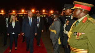 رئيس الوزراء بينيامين نتنياهو وعقيلته سارة خلال زيارة إلى عنتيبي، أوغندا، 4 يوليو، 2016. (Kobi Gideon/GPO)