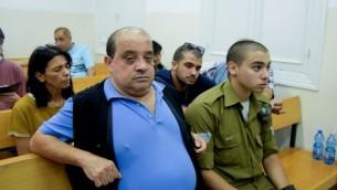 إيلور عزاريا، جندي إسرائيلي يمثل للمحاكمة بتهمة القتل غير العمد، مع والده تشارلي، في المحكمة العسكرية في يافا، 6 يوليو، 2016. (Flash90)