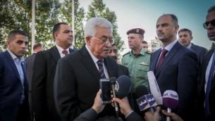 رئيس السلطة الفلسطينية محمود عباس يشارك في صلاة عشية عيد الفطر في رام الله، الأربعاء، 6 يوليو، 2015. (Flash90)