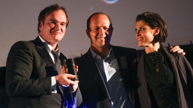 المخرج الامريكي كوينتين ترانتينو يتلقى جائزة من رئيس بلدية القدس نير بركات ومديرة سنيماتك القدس نوعا ريغيف، في افتتاح مهرجان الفس السينمائي، 7 يوليو 2016 (Hadas Parush/Flash90)