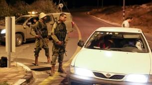 """جنود اسرائيليون يغلقون مخارج المستوطنة اليهودية """"افرات"""" بعد هجوم اطلاق نار في المنطقة، 9 يوليو 2016 (Gershon Elinson/Flash90)"""