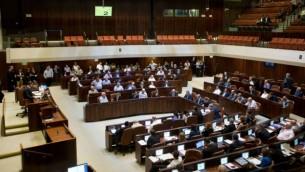 النواب يصوتون على مشروع قانون المنظمات غير الحكومية في الكنيست، 11 يوليو، 2016. (Yonatan Sindel/Flash90)