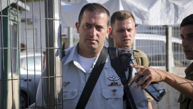 دافيد شابيرا، قائد كتيبة شمشون، يصل محكمة يافا العسكرية للادلاء بشهادته في قضية ايلور عزاريا، 12 يوليو 2016 (Flash90)
