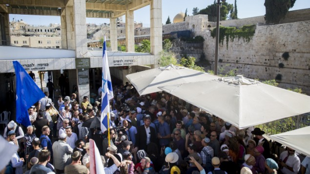 مئات الداعمين يزرون حائط المبكى في ذكرى هاليل يافا ارئيل في القدس القديمة، 12 يوليو 2016 (Yonatan Sindel/Flash90)