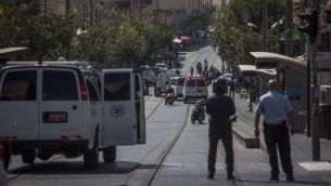 الشرطة في محطة القطار الخفيف في القدس حيث حاول فلسطينيا مع قنابل انبوبية في حقيبته ركوب القطار، 17 يوليو 2016 (Hadas Parush/Flash90)