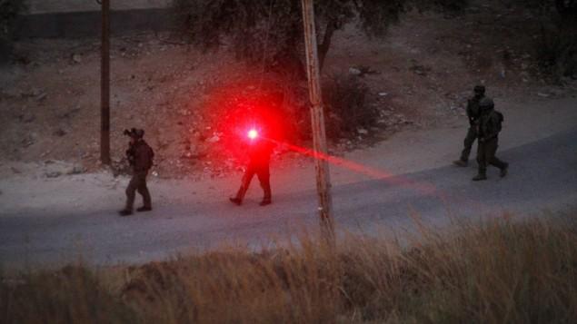 """القوات الإسرائيلية بالقرب من المنزل الذي اختبأ فيه ناشط حركة """"حماس""""، محمد الفقيه، المسؤول عن قتل الحاخام ميمي مارك في هجوم وقع قبل بضعة أسابيع، والذي قُتل بيد القوات الإسرائيلية في 27 يوليو، 2016. (Wisam Hashlamoun/FLASH90)"""