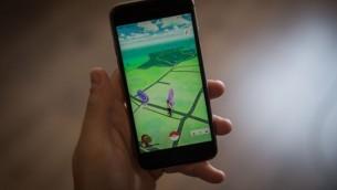 صورة توضيحية لرجل إسرائيلي يلعب على تطبيق 'بوكيمون غو' على جهازه الآيفون، في 28 يوليو، 2016. (Hadas Parush/Flash90)