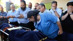 رينا، والدة هاليل بافا أريئيل (13 عاما)، التي قُتلت بعد أن قام منفذ هجوم فلسطيني بطعنها في منزلها، خلال جنازة ابنتها في مستوطنة كريات أربع القريبة من مدينة الخليل في الضفة الغربية، 30 يونيو، 2016. (Gil Cohen-Magen/AFP/Getty Images via JTA)