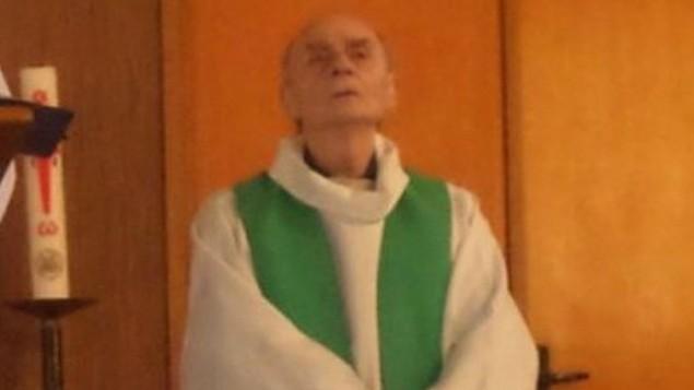 """الكاهن الفرنسي جاك هامل (84 عاما) الذي قُتل في ما يُشتبه بأنه إعتداء لتنظيم """"الدولة الإسلامية"""" في كنيسية في بلدة سانت اتيان دو روفريه في نورنماندي، 26 يوليو، 2016. (صورة من Twitter)"""