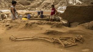 """قبر من القرن ال9-10 قبل الميلاد تم الكشف عنها في عمليات حفر أثرية لمقبرة فلستية تقوم بها """"بعثة ليون ليفي"""" في أشكلون. (Tsafrir Abayov/Leon Levy Expedition)"""