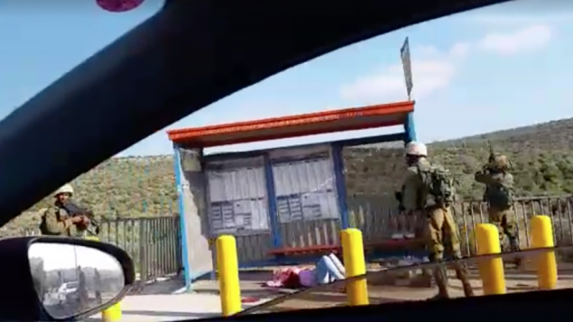 امرأة فلسطينية تنزف على ارضية محطة حافلات بالقرب من مستوطنة ارئيل في الضفة الغربية بعدما اصيبت بالرصاص اثناء محاولتها طعن جندي اسرائيلي، 5 يوليو 2016 (Screen capture: Dina Cohen)