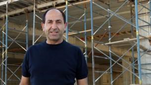 رامي ليفي في موقع بناء المجمع التجاري الجديد الخاص به في عطاروت، القدس، 21 يونيو، 2016. (Luke tress / Times of Israel)