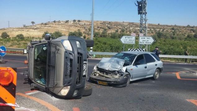 مركبة عسكرية إسرائيلية ومركبة فلسطينية بعد هجوم محتمل خارج مستوطنة نيفيه دانييل في الضفة الغربية، 6 يوليو، 2016. (الشرطة الإسرائيلية)