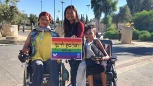 """مشاركون في موكب فخر المثليين في القدس في حديقة """"هبعامون""""، 21 يوليو 2016 (Sarah Tuttle-Singer/Times of Israel)"""