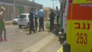 الشرطة وطواقم  الاسعاف حول سيارة توفيت داخلها رضيعة بعد ان تم تركها فيها، 12 يوليو 2016 (screen capture: Channel 2/MDA)