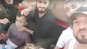 طفل احتجزه مقاتلي معارضة سوريين قبل ان يقوموا بقطع رأسه، في فيدو صدر في 19 يونيو 2016 (screen capture: YouTube)