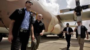 رئيس الوزراء بينيامين نتنياهو يخرج من طائرة من طراز 'هيركوليس سي-130'، استُخدمت في عملية تحرير الرهائن في مطار عنتيبي في أوغندا عام 1976، خلال زيارة إلى قاعدة 'حاتسريم' الجوية بالقرب من بئر السبع في عام 2009. ( Edi Israel/Flash90)