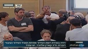 موظف هيئة البث الإسرائيلية رافي اسساخار يعطل جلسة في الكنيست حول تأجيل انشاء هيئة بث جديدة (screen capture: Knesset Channel)