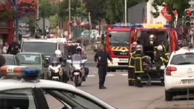 الشرطة وطواقم الإنقاذ خارج كنيسة حيث يتم احتجاز رهائن في سانت اتيان دو روفريه في 26 يوليو، 2016. (لقطة شاشة: Sky News)