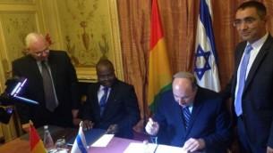 المدير العام لوزارة الخارجية دوري غولد يوقع على اتفاق تجديد العلاقات الدبلوماسية مع غينيا في 20 يوليو، 2016. (وزارة الخارجية الإسرائيلية)