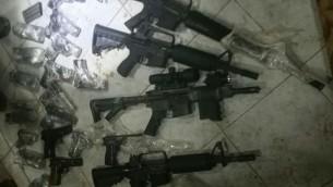 اسلحة صادرتها قوات الامن الإسرائيلية خلال محاولة تهريبها من الاردن الى اسرائيل، 19 يوليو 2016 (IDF Spokesperson's Office)