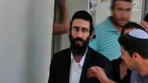 ميخائيل شليسل، شقيق الرجل الحاريدي الذي قتل فتاة بعد طعنها في موكب الفخر في القدس في عام 2015، بعد اعتقاله في 20 يوليو، 2016، قبل يوم من المسيرة تاسموية في العاصمة. (لقطة شاشة: القناة 2)
