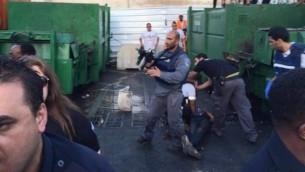 قوى الامن الإسرائيلية في موقع هجوم الطعن في نتانيا، 30 يونيو، 2016. (United Hatzalah)