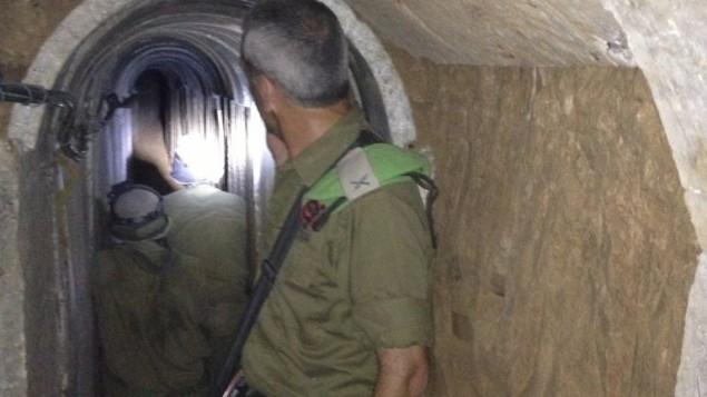 العميد ميخائيل إدلشتين، قائد فرقة غزة، داخل نفق يمتد من قطاع غزة إلى داخل الأراضي الإسرائيلية، في نوفمبر 2013. (Times of Israel/Mitch Ginsburg/File)