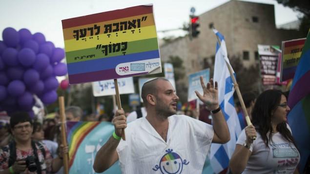 مشاركون في موكب الفخر السنوي للمثليين في القدس، 18 سبتيمر، 2014. (Hadas Parush/Flash90)