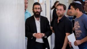 ميخائيل شليسل، شقيق يشاي شليسل، خلال اقتياده إلى قاعة محكمة الصلح في القدس، 20 يوليو، 2016. (Yonatan Sindel/Flash90)