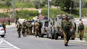 صورة توضيحية: جنود في موقع هجوم طعن في الضفة الغربية، 8 أبريل، 2015. (Flash90)