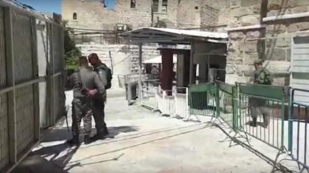 موقع محاولة هجوم أحطبته عناصر شرطة حرس الحدود في الحرم الإبراهيمي في مدينة الخليل، 1 يوليو، 2016. قوات الأمن أطلقت النار على الشابة التي حاولت تنفيذ الهجوم، وهي من أقارب الفتى الذي قتل فتاة إسرائيلية تبلغ من العمر 13 عاما في كريات أربع، وقتلتها. (لقطة شاشة: YouTube)