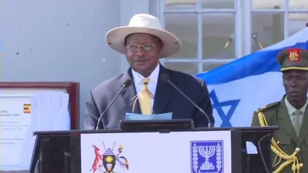 الرئيس الاوغندي يوري موسفني خلال خطاب في مراسيم الذكرى ال40 لعملية عنتيبي (screen capture: YouTube)