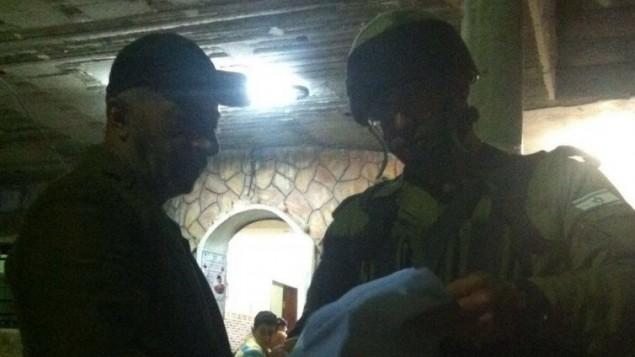 جنود إسرائيليون يسلمون أمر هدم في منزل محمد طرايرة، الفلسطيني الذي قتل هاليل يافا أريئيل (13 عاما). (المتحدث بإسم الجيش الأإسرائيلي)