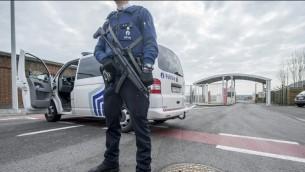 صورة توضيحية. شرطي يحرس مدخل مطار بروكسل بعد وقوع انفجارين اديا الى مقتل 13 شخص على الاقل في صالة المسافرين، 22 مارس 2016 (AFP / Belga / FILIP DE SMET / Belgium OUT)