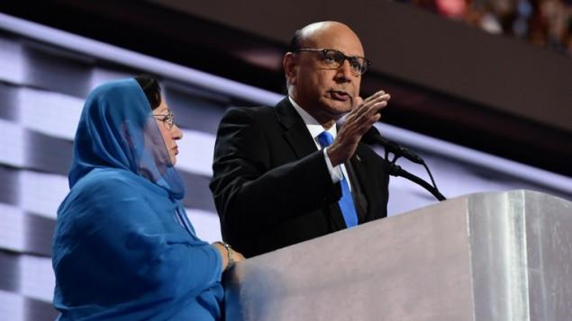 خضر خان، والد جندي اميركي مسلم قتل في العراق، وزوجته غزالة، خلال المؤتمر الديمقراطي العام في فيلاديلفيا، 28 يوليو 2016 (ROBYN BECK / AFP)
