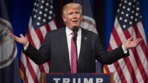 المرشح الجمهوري للرئاسة دونالد ترامب يتحدث خلال تجمع إنتخابي في مدرسة 'بريار وودز' الثانوية في 2 أغسطس، 2016، في آشبورن بولاية فيرجينيا. (AFP PHOTO / MOLLY RILEY)