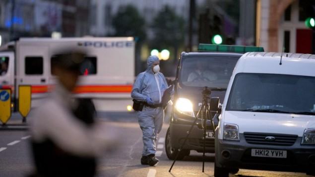 شرطي شرعي بريطاني يتفحص ساحة الهجوم في راسل سكوير في لندن، 4 اغسطس 2016 (JUSTIN TALLIS / AFP)
