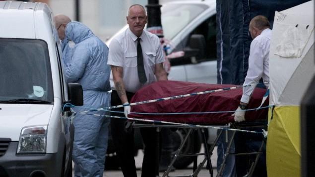 طاقم سيارة اسعاف خاصة يخلون جثمان من 'راسل سكوير' بعد هجوم في لندن، 4 اغسطس 2016 (JUSTIN TALLIS / AFP)