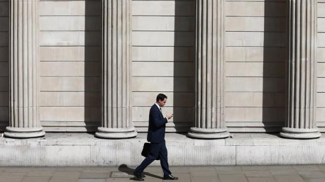 رجل يمشي امام مبنى البنك المركزي البريطاني في مركز لندن، 4 اغسطس 2016 (JUSTIN TALLIS / AFP)