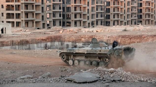 دبابة تابعة لقوات المعارضة في حي شرقي حلب المحاصر من قبل النظام السوري، 5 اغسطس 2016 (OMAR HAJ KADOUR / AFP)