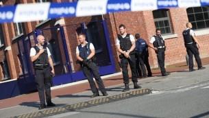 شرطيون يحيطون بمبنى الشرطة في مدينة شارلروا في جنوب بلجيكا بعد هجوم بالساطور هناك، 6 اغسطس 2016 (AFP PHOTO / BELGA / VIRGINIE LEFOUR)