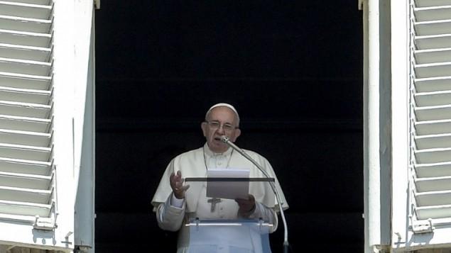 البابا فرنسيس يخاطب الجماهير من ساحة القديس بطرس في روما، 7 لغسطس 2016 (ANDREAS SOLARO / AFP)