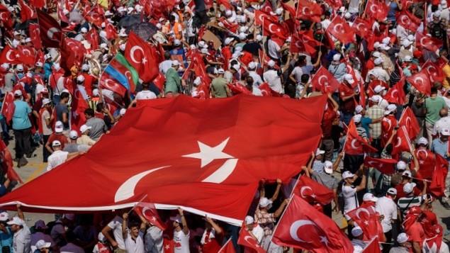 متظاهرون يلوحون بالاعلام التركية في اسطنبول خلال مظاهرة ضد محاولة الانقلاب، 7 اغسطس 2016 (AFP PHOTO / OZAN KOSE)