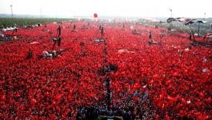 مئات الاف المتظاهرون في اسطنبول يلوحون بالاعلام التركية خلال مظاهرة ضد محاولة الانقلاب، 7 اغسطس 2016 (STR / TURKEY'S PRESIDENTIAL PRESS SERVICE / AFP)