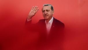 الرئيس التركي رجب طيب اردوغان يحيي داعميه خلال مظاهرة في اسطنبول ضد محاولة الانقلاب، 7 اغسطس 2016 (AFP PHOTO / OZAN KOSE)